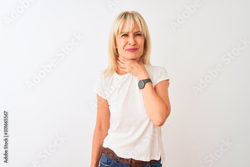 Fotografía Middle age woman wearing casual t-shirt standing over isolated white background