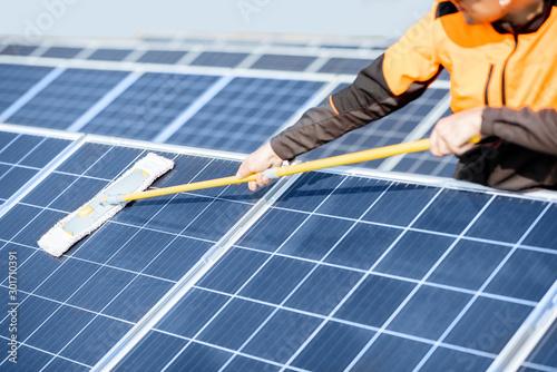 Obraz Workman cleaning solar panels - fototapety do salonu