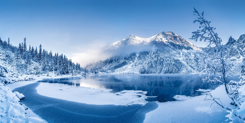 Zimowy krajobraz z malowniczym zamarzniętym górskim jeziorem