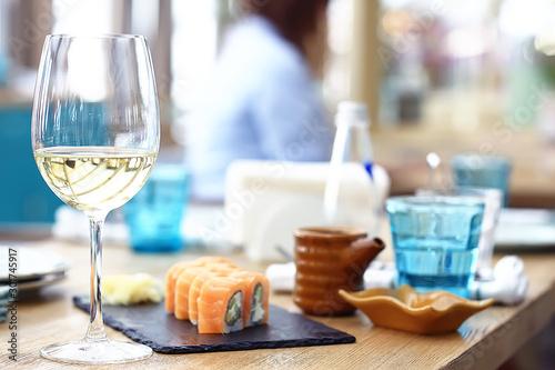 Fotografía  glass of white wine in the restaurant / white wine in the interior of the restau