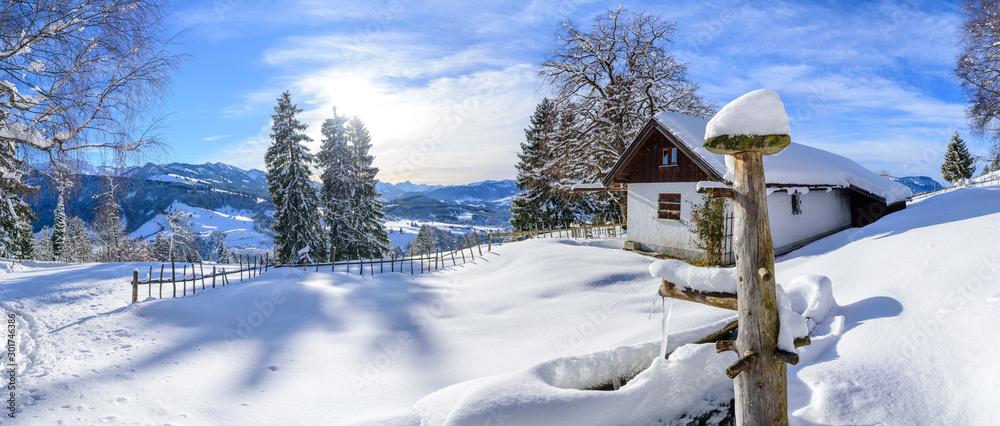 Fototapety, obrazy: Pittoreske Landschaft mit verschneiter Tränke im Allgäu