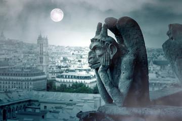 Mglista noc i księżycowe światło nad gargulcami Notre Dame w Paryżu