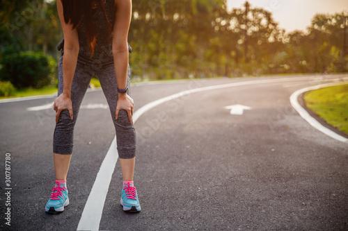Fotomural  Female runner athlete knee injury and pain
