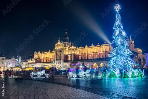 Fotografija Nocny widok na Rynek Główny w Krakowie z choinką i Sukiennicami, Polska