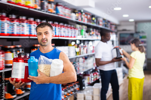 Fotomural  Adult man with sports nutritional supplements