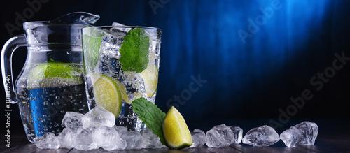 Szklanka wody mineralnej z lodem, limonką i miętą