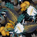 Bezszwowy kwiecisty wzór z tropikalnymi kwiatami na ciemnym tle. Styl grawerowania. Projekt szablonu dla tekstyliów, wnętrz, ubrań, tapet. Botanika. Sztuka ilustracji wektorowych - 301826111