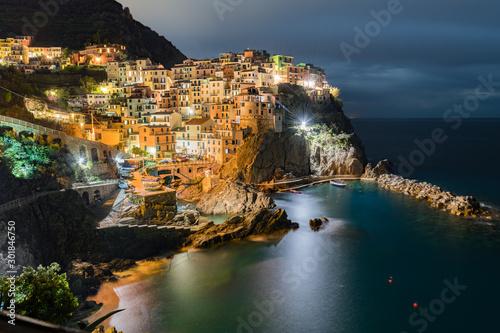 Foto auf Gartenposter Ligurien Manarola nocą, Cinque Terre, Liguria, La Spezia, Włochy