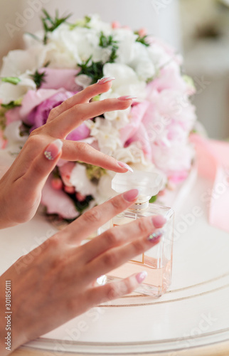 Obraz jar with perfume in the hands of the bride - fototapety do salonu