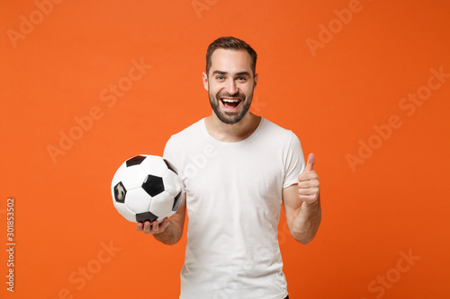 Photo Smiling young man in casual white t-shirt posing isolated on bright orange background studio portrait