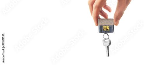 Fotografía  Real estate agent handing over house keys in hand