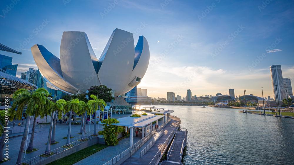 Fototapety, obrazy: The ArtScience Museum Waterfront Promenade ; Fantastic Travel In Singapore