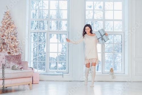 Fotografía  Beautiful young girl in white dress posing on camera