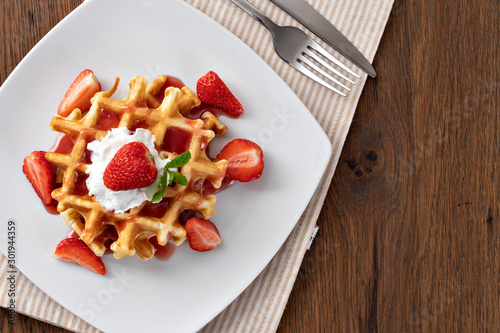 Photo  viennese waffles with strawberry