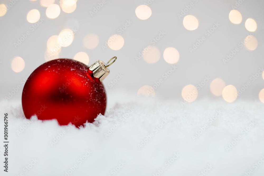 Fototapety, obrazy: Czerwona bombka na śniegu