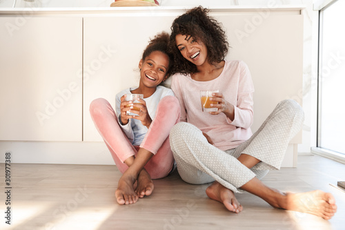 Canvastavla  Smiling young mother and her little daughter wearing pajamas