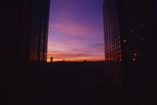 フレームになった建物の隙間に夕焼け