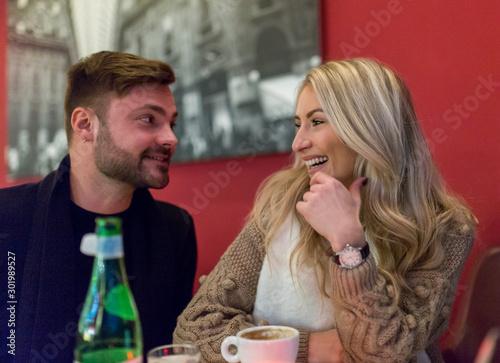 Verliebtes Pärchen flirtet beim ersten Date in einem Café Restaurant Bar Fototapet