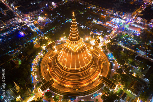 Fotografia  Large golden pagoda Located in the community at sunset , Phra Pathom Chedi , Nakhon Pathom , Thailand