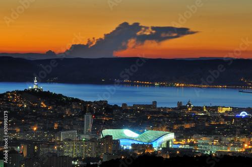 Crépuscule sur Marseille et le stade Vélodrome Wallpaper Mural