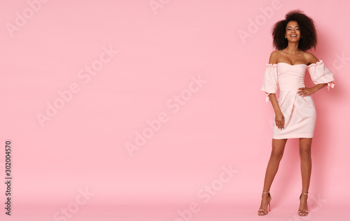 Pinturas sobre lienzo  Super cute afro-american model in mini dress.