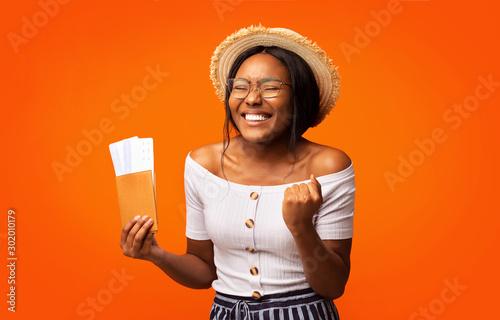 Foto  Happy Afro Girl Holding Tickets And Passport Standing, Studio Shot