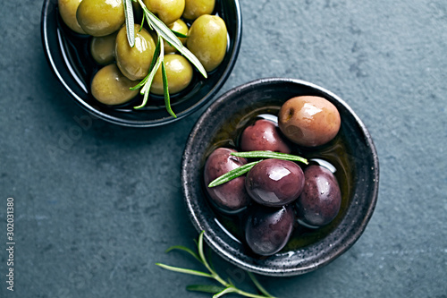 Whole green and black olives in olive oil Фотошпалери