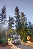 Campen mit dem Wohnmobil am Dorst Campground im Sequoia National Park, CA, USA