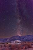 Campen mit dem Wohnmobil unter Sternenhimmel und Milchstraße in den Alabama Hills am Fuße der Sierra Nevada bei Lone Pine, CA, USA