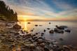 Wschód słońca na plaży w Gdyni z klifem Orłowskim w tle, Morze Bałtyckie, Polska