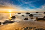 Wschód słońca na plaży w Gdyni, Morze Bałtyckie, Polska