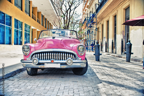 Photo sur Aluminium Vintage voitures Old Buik pink car parked in a street of havana city