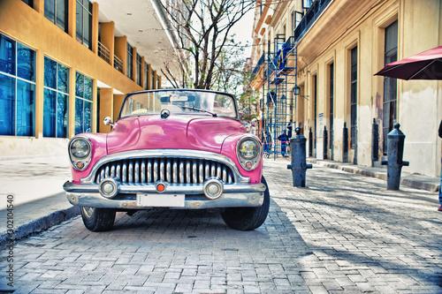 Fond de hotte en verre imprimé Havana Old Buik pink car parked in a street of havana city