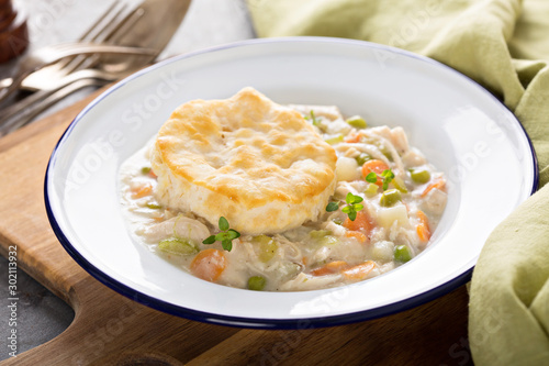 Photo Individual chicken pot pie plate with a biscuit on top