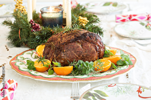 Fotografía Holiday Christmas prime rib beef roast on the table