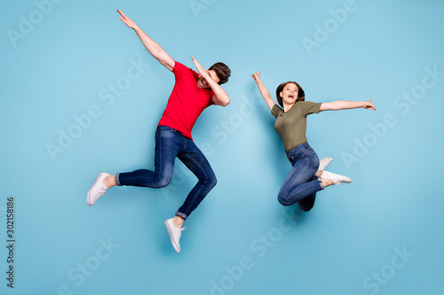 Fotografía  Full size photo of funky crazy two married people students fun jump man perform