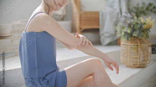 Obraz 女性・ボディケア - fototapety do salonu