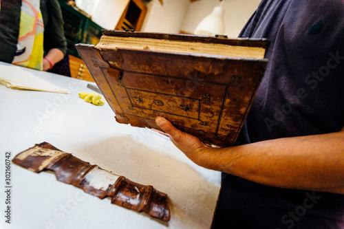 taller artesano de encuadernación de libros antiguos Canvas Print