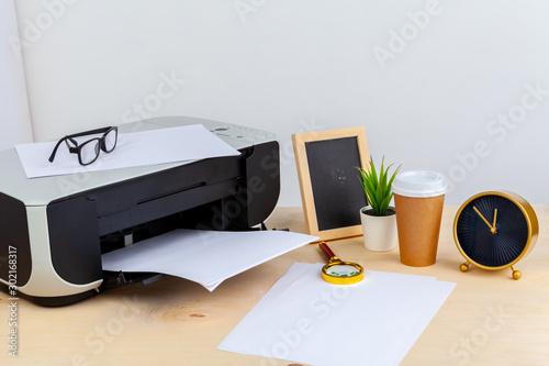 Fotografía  Office printer close up on a wooden table