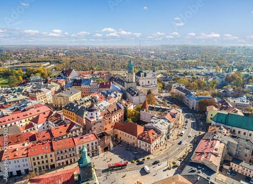 Krajobraz starego miasta w Lublinie. Lublin z lotu ptaka. Brama Krakowska, wieża Trynitarska i katedra widziane z powietrza. © art08