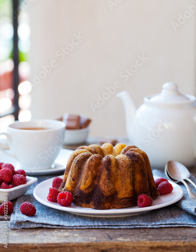 Pinturas sobre lienzo  Chocolate marble bundt cake with a cup of tea on wooden table