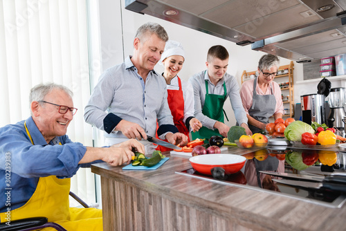 Obraz Nutritionist and trainees in a training kitchen - fototapety do salonu