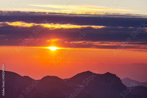 Foto auf Leinwand Hochrote Mountains on sunset