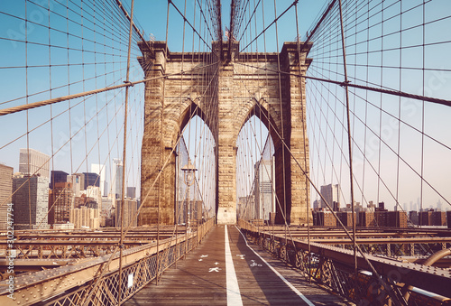 Foto Brooklyn Bridge in the morning, color toning applied, New York City, USA