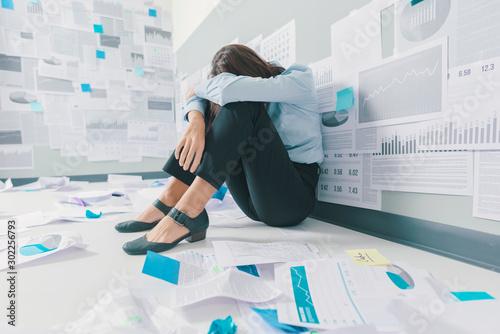 Cuadros en Lienzo Desperate businesswoman and business failure