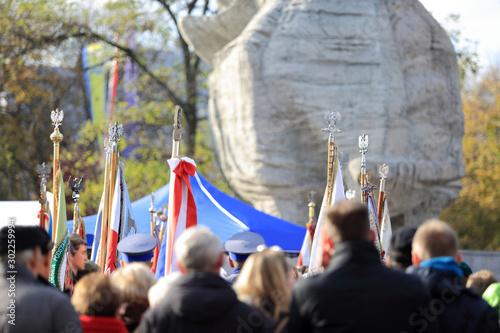 Fototapeta Tłumy ludzi ze sztandarami i flagami przed pomnikiem w Opolu. obraz