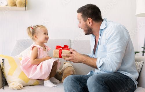 Cuadros en Lienzo  Father giving birthday present for happy daughter