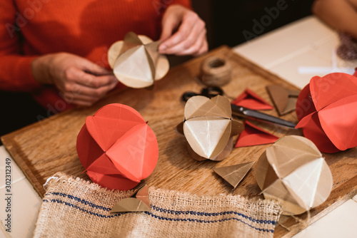 Canvastavla  Making Christmas decorations from paper