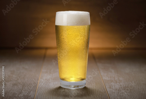 Photo A colorful fresh pint glass of pale ale beer, pilsner, lager, traditional brew o