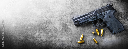 Foto Hand gun banner or panorama pfoto on dark stone table top view